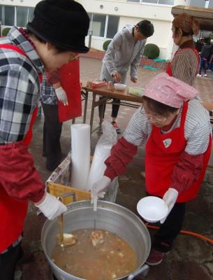 三原・女性部駅伝大会で豚汁1